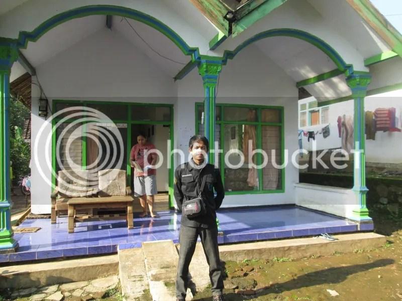 Lutfi berada di depan pos perizinan Desa Tambak Watu