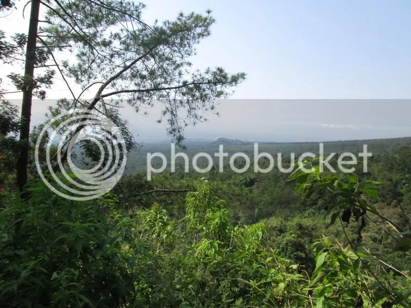 Pemandangan alam yang tersaji dalam pendakian dari Pos I menuju Pos II Tampuono yang berjarak sekitar 1 jam perjalanan. (Dipotret oleh Lutfi)