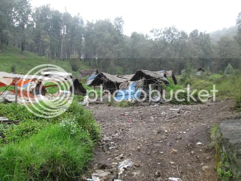 Gubuk penambang di Shelter III Pondokan, di tengah Alas Lali Jiwo. Lapak semi permanen beratap terpal oranye di sisi kiri adalah tempat pengumpulan belerang yang sudah dikemas bersak-sak karung. (Dipotret Lutfi saat turun)