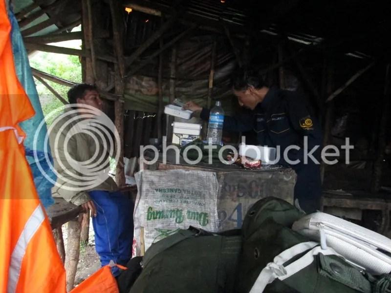 Saya dan Dani sedang merebus air di warung Shelter II Kokopan. (Dipotret oleh Lutfi)
