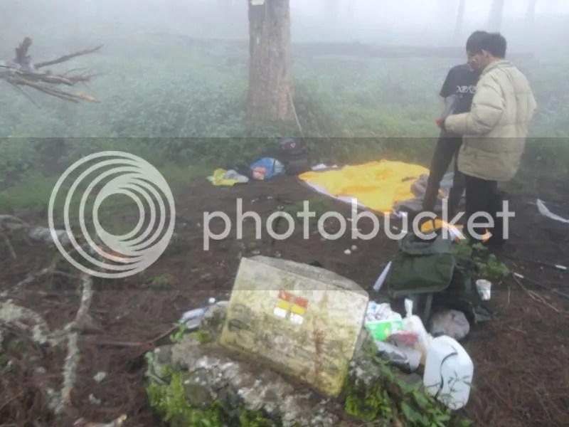 Lutfi dan Dani sedang mendirikan tenda dome di Jawa Dwipa