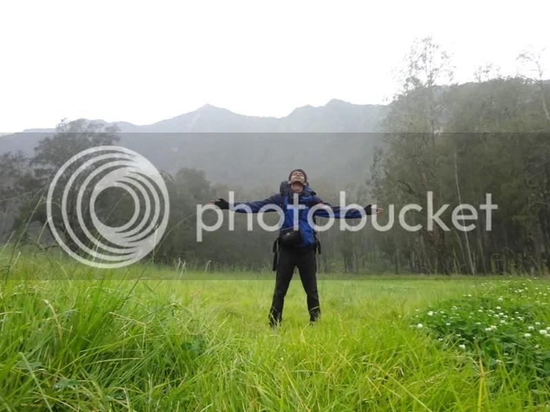 Lutfi berpose di sabana Lembah Kijang. Tampak di belakang puncak Ogal-Agil Gunung Arjuno yang lancip.