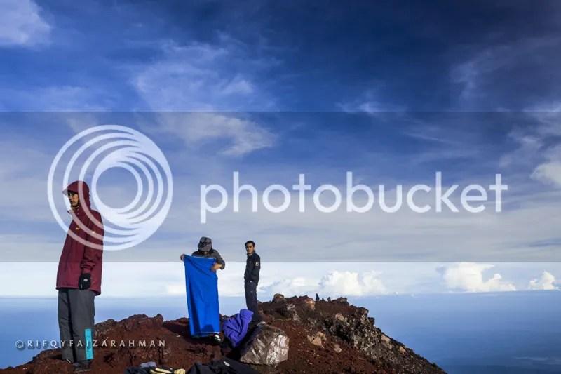 Kami yang pertama tiba di puncak Gunung Slamet