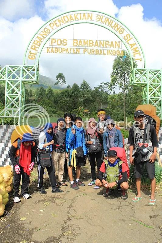 Tim pendakian Gunung Slamet di depan gerbang pendakian Pos Bambangan, Purbalingga. Dari kiri-kanan: Isti, Fitrah, Zaka Mubarok, Figur (belakang), Zaki Mubarok, Jeanni, Kurniawan (belakang), Frida, Lutfi (jongkok), dan saya. Foto oleh Mas Arif,