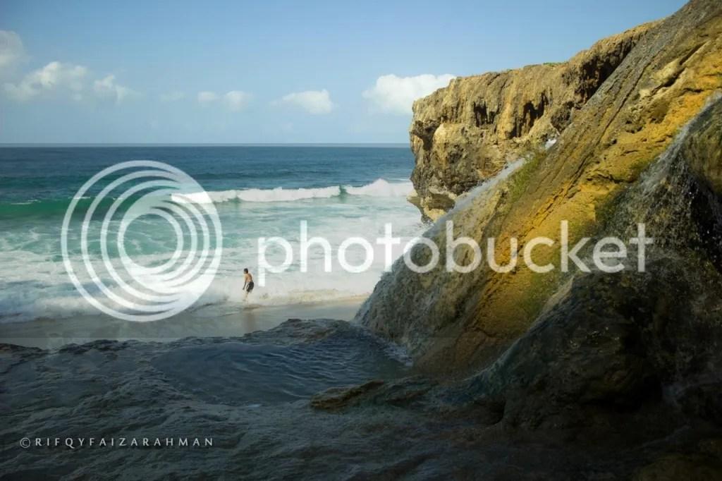Uki sedang mandi di sana, menantang ombak Samudra Hindia