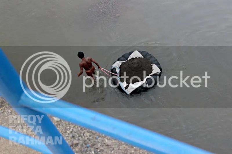 Sebuah aktivitas pagi di sekitar Bendungan Singomerto