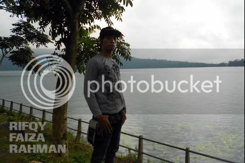 Rizky di tepi danau