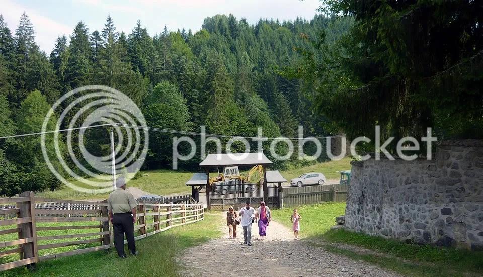 pelerini intrand pe poarta Manastirii Sihastria Tarcaului