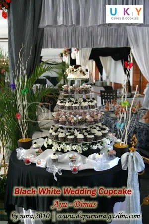 black white cupcake wedding