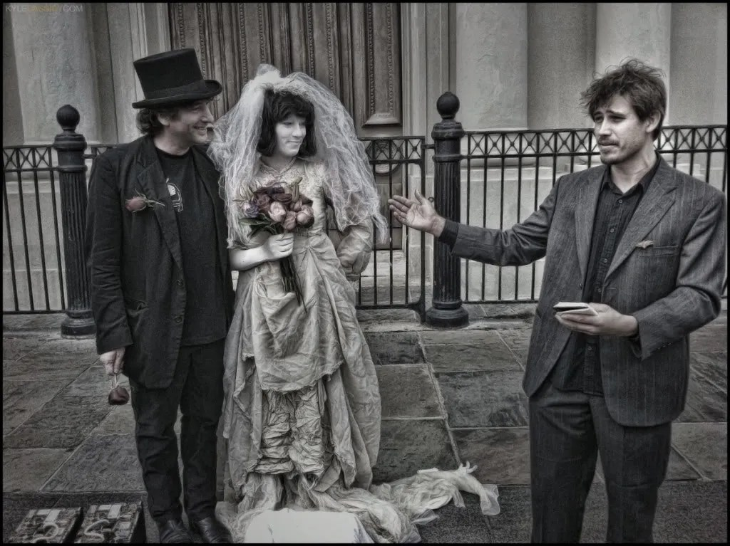 Neil Gaiman marrying his own human statue, Amanda Palmer