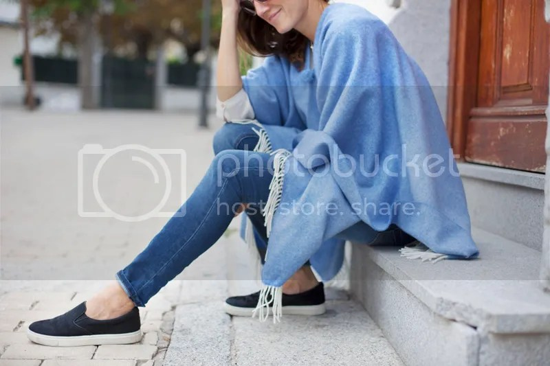 photo blue_poncho-poncho_trend-streetstyle-balamoda13_zps92969b94.jpg