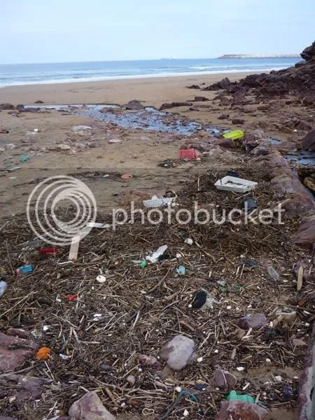 Desechos en la playa de Xivares