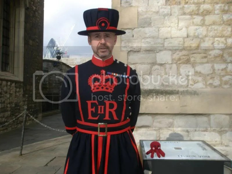 Barney, our Yeoman Warder tour guide, with Otto.