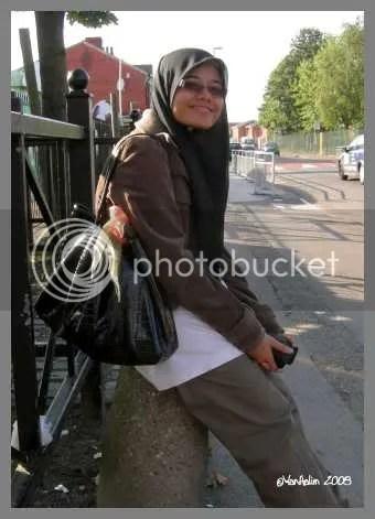 Afee tengah tunggu bas nak pergi sekolah