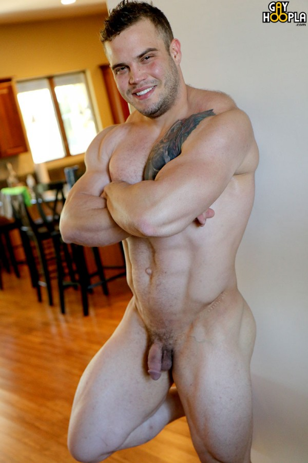 GayHoopla – Bodybuilder Buck Carter Jerks His Cock And Cums