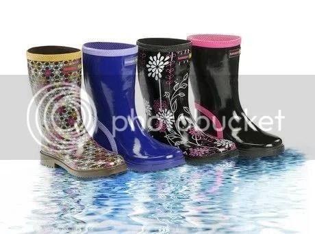 14f65645a7d New – Kids: οι παιδικές μπότες κυκλοφορούν σε τέσσερα διαφορετικά χρώματα  και επιτρέπουν στους μπόμπιρες να παίζουν και να πλατσουρίζουν στη βροχή  όσο ...