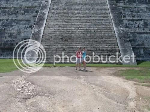 Wij 2 voor de piramide van Kukulcan, Chichén Itzá, Mexico