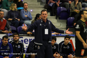 O técncio portista Ljubomir Obradovic incrédulo com as muitas falhas técnicas da sua equipa