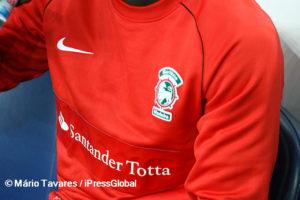 """É perceptível o nome """"Banif"""" por debaixo no novo patrocinador, o Santander Totta"""