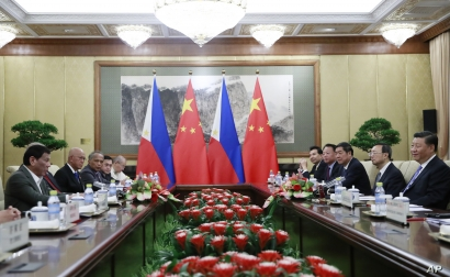 Philippine President Rodrigo Duterte, left, and Chinese President Xi Jinping, right, meet at the Diaoyutai State Guesthouse in Beijing, China, Aug. 29, 2019.