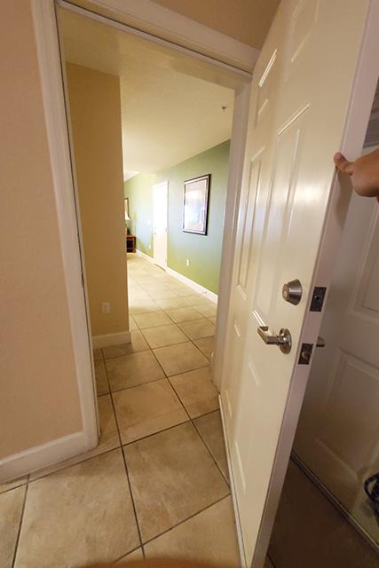 connecting door between 2 hotel rooms