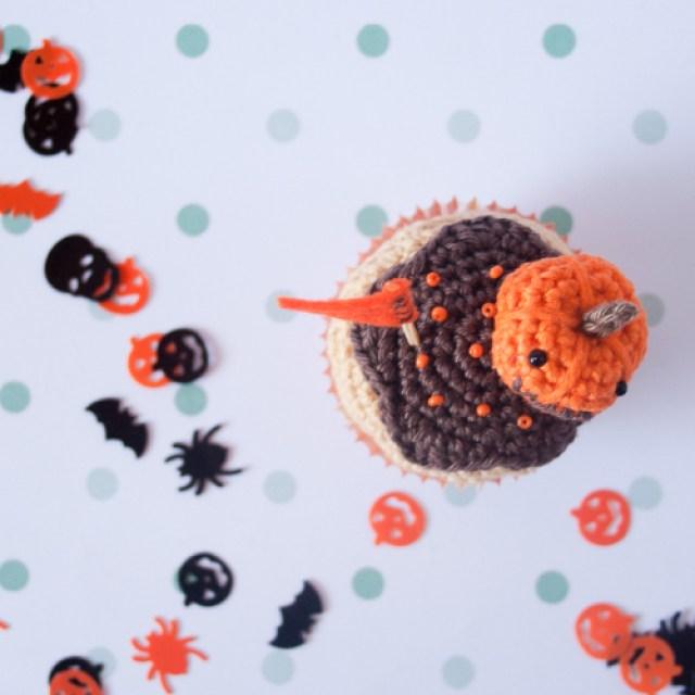 cupcake de calabaza tejido a ganchillo, desde arriba
