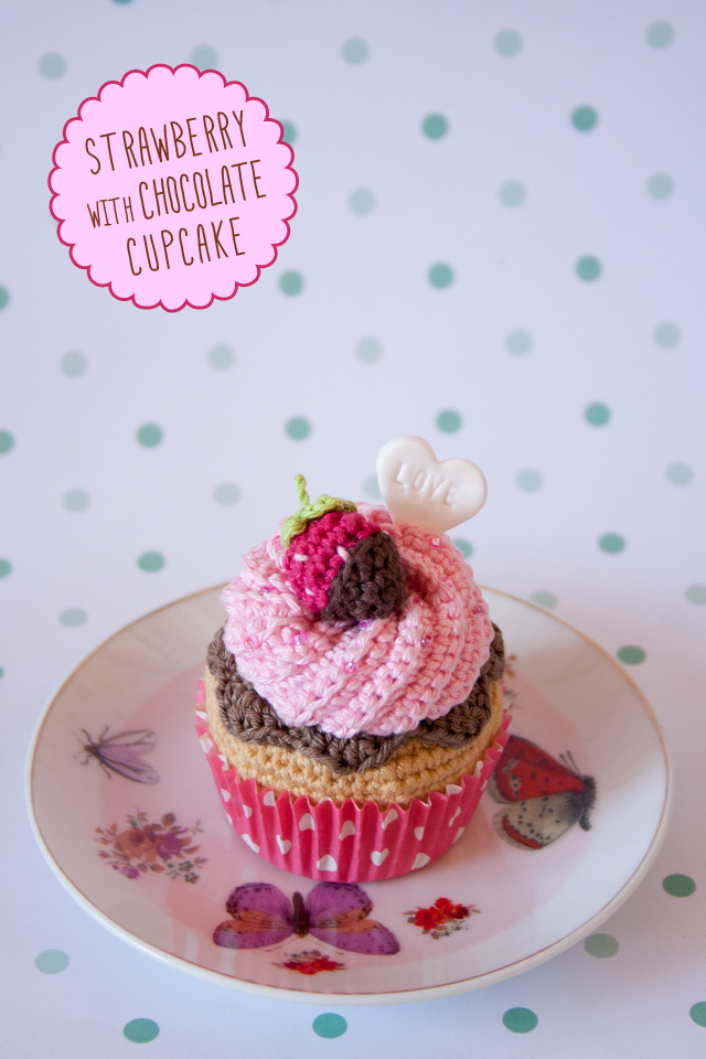 "Cupcake de fresa con chocolate hecho a ganchillo, Strawberry Corchet Cupcake by ""I am a Mess"""