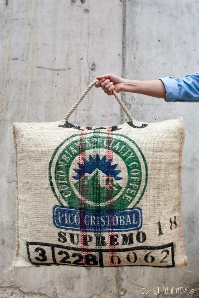 De saco de café a maxi cojín puf, visto en IamaMess blog