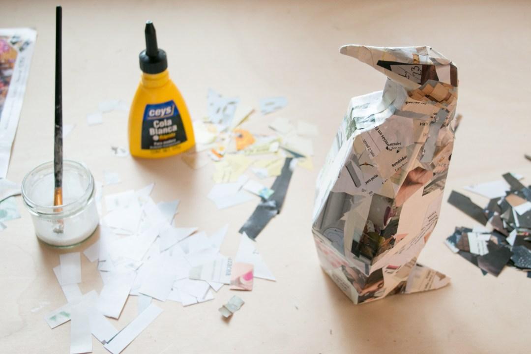 Cómo crear un pingüino con cartapesta: encolando