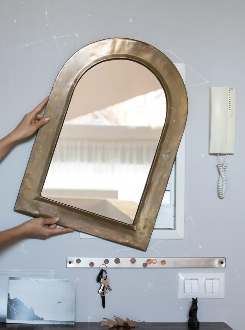 colocar un espejo para tapar el cuadro de la luz