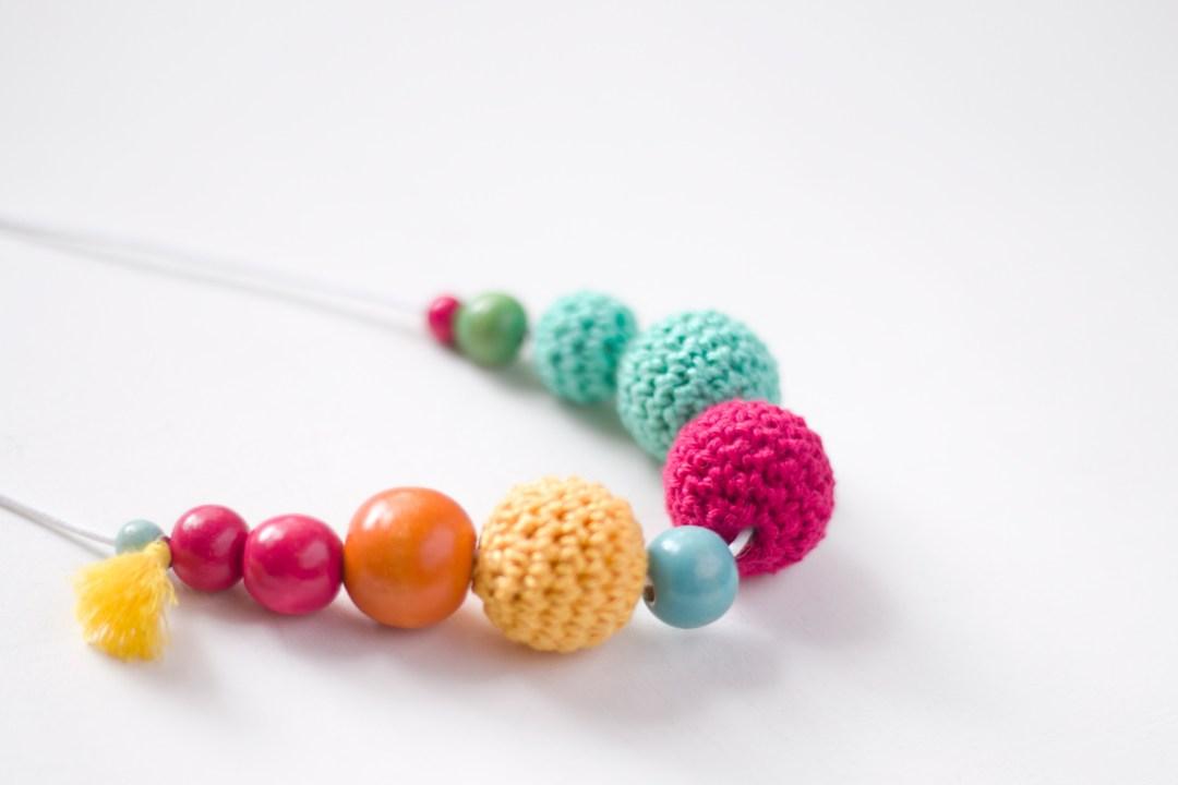 """collar con bolas de ganchillo, visto en """"IamaMess Blog"""""""