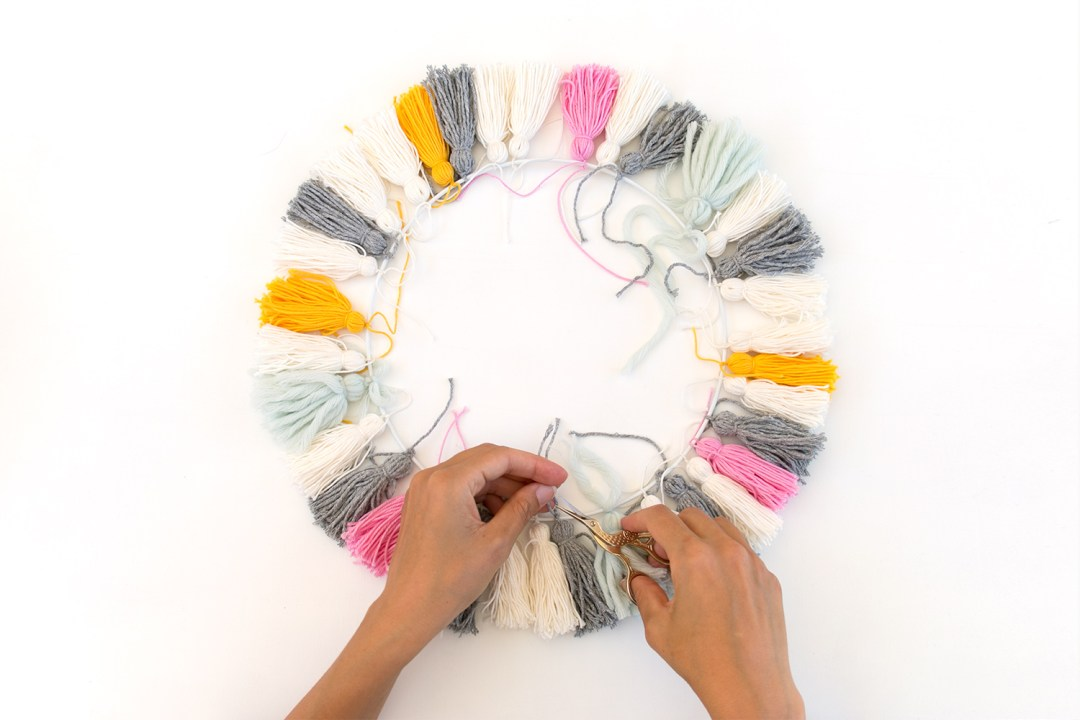 "lampara con borlas DIY - paso 2, visto en ""I am a Mess Blog"""