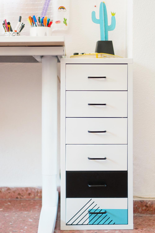 """Antes y después de una cajonera de Ikea renovada con spray, Visto en """"I am a Mess Blog"""""""
