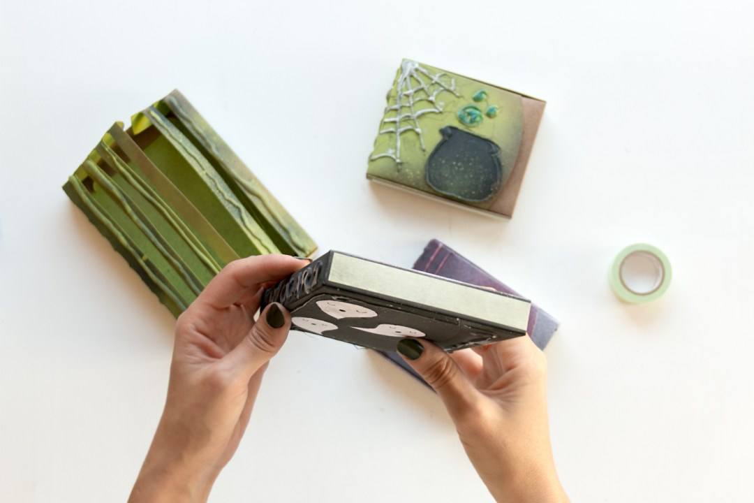 "DIY customiza tus cajas para Halloween, visto en ""I am a Mess Blog"""