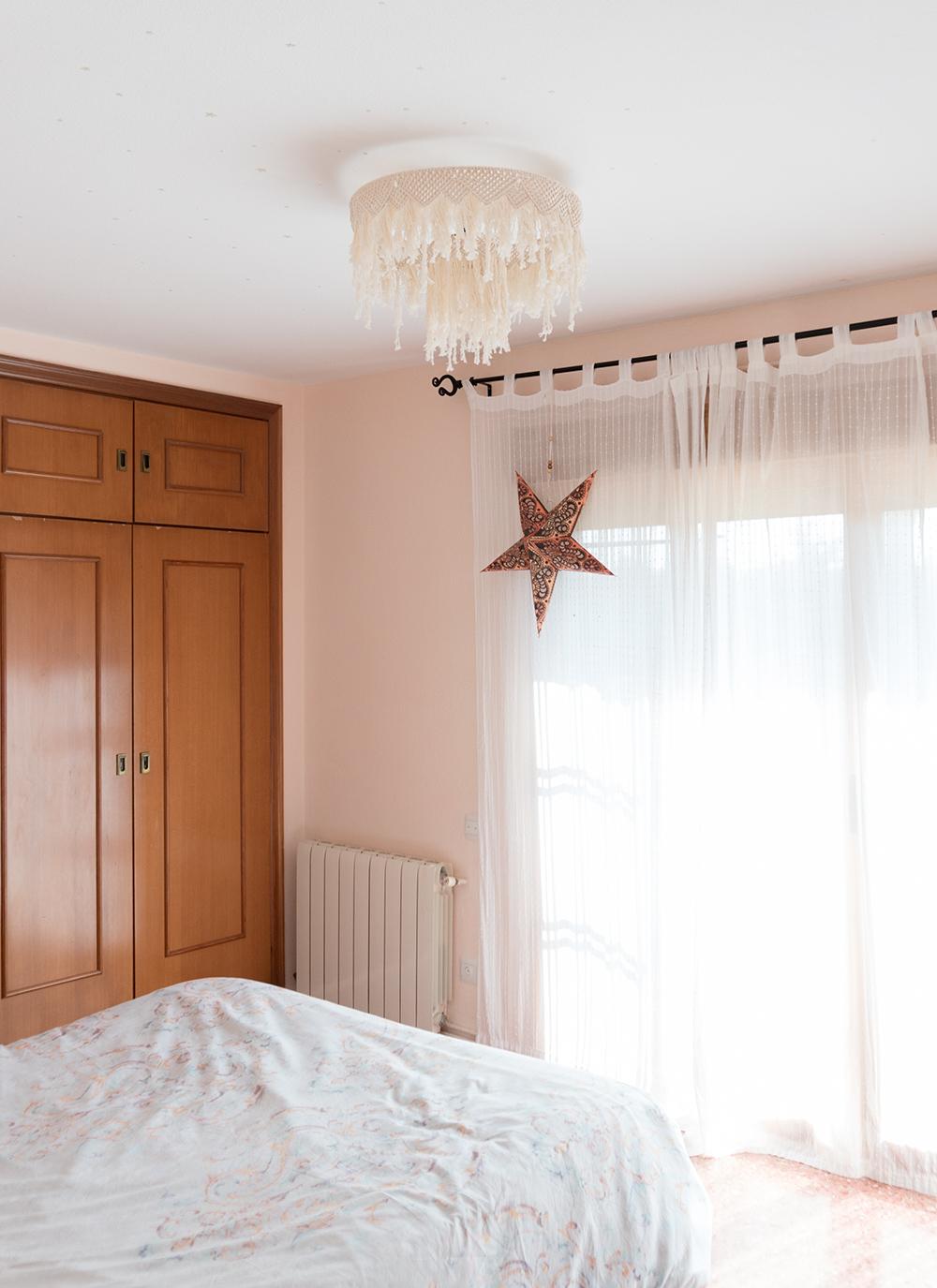Dormitorio con lampara de macramé DIY