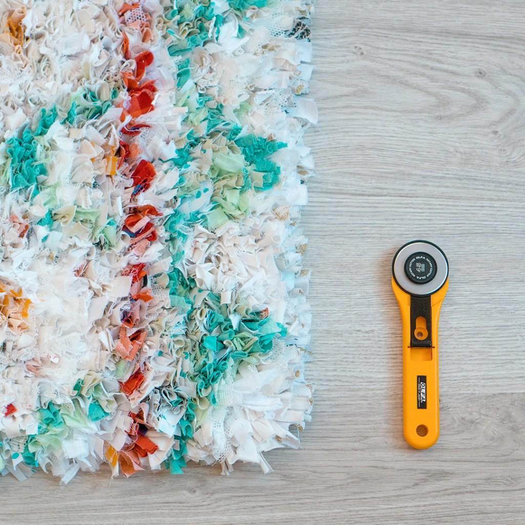 Detalle de alfombra con retales DIY