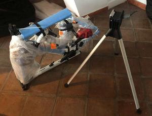 Das zum Transport vorbereitete Rennrad und der Montageständer