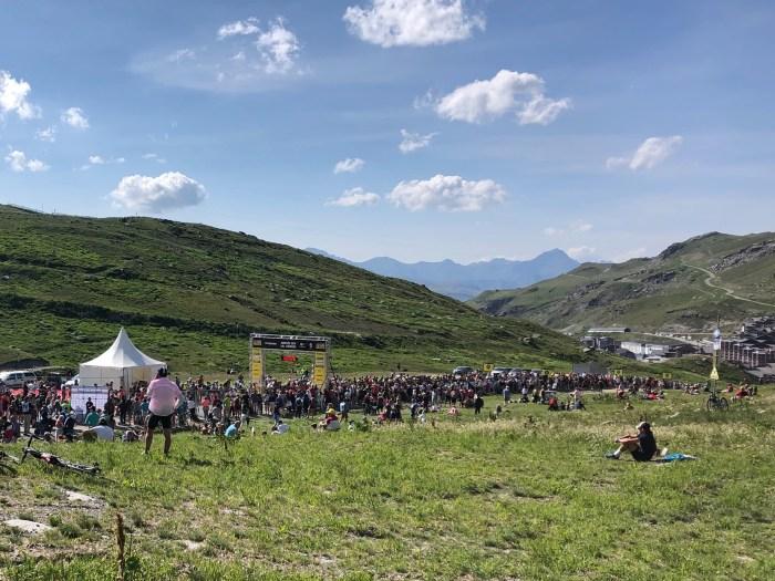 Das Ziel der l'Etape du Tour 2019 weit außerhalb des Ortes - iamcycling