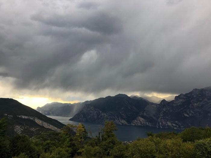 iamcycling-Dramatischer Blick auf den Gardasee kurz vor dem Regenschauer