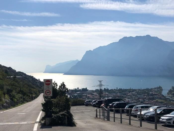 iamcycling-Mit-dem-Rennrad-am-Gardasee-Blick von der Via Europa auf Torbole und den Gardasee