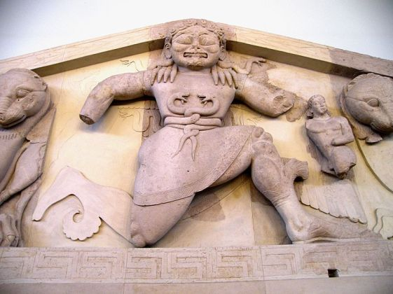 800px-Close_up_of_Gorgon_at_the_pediment_of_Artemis_temple_in_Corfu