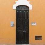 puerta merida amarillo negro
