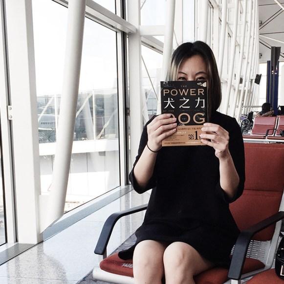 在機場拿著新小說而感到非常高興的樣子