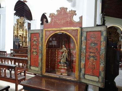 Nicho con imagen de la Inmaculada Concepción, escultura de mediados del siglo XVIII, de procedencia mexicana. Caracas, 2016. Foto: Eduardo Tovar.