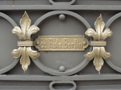 """Detalle de la reja principal de la entrada a la Villa Santa Inés, donde se aprecia el fabricante alemán de la pieza industrial, """"Ed. Puls. Berlin"""". Foto: Eduardo Tovar Zamora."""