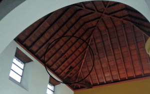Se aprecia la mancha de asfalto en el techo. Foto de Alejandra Suárez.