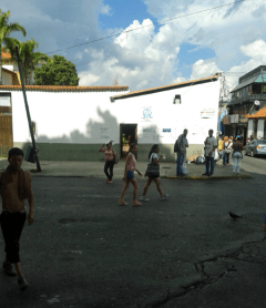 Entrada a La Gruta y al patio de la iglesia, Baruta. Foto: Alejandra Suárez.