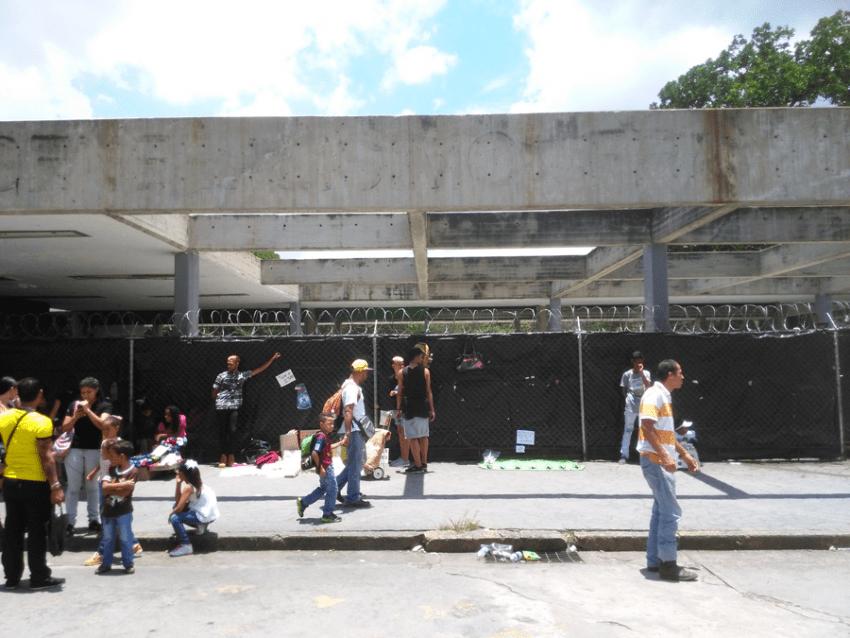 Una reja forrada con un plástico negro tapa la entrada original al parque. Foto Carlos Crespo.