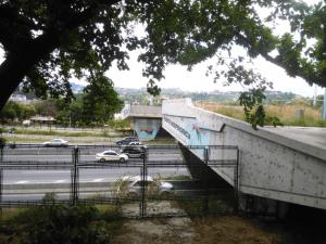 """""""Puente Independencia"""" que debe atravesar la autopista Francisco Fajardo para llegar hasta el Parque Bolívar. Foto Carlos Crespo."""