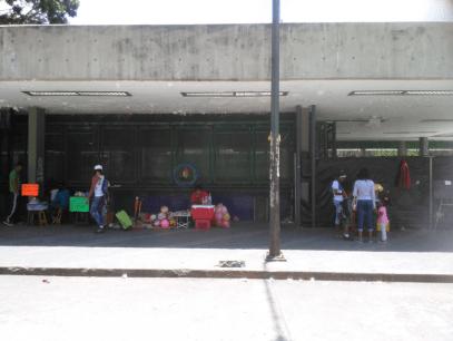 Vendedores ambulantes al lado de la entrada original del parque. Foto Carlos Crespo.